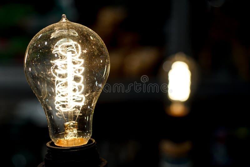 Vieille ampoule rougeoyant dans l'obscurité Fin vers le haut image libre de droits