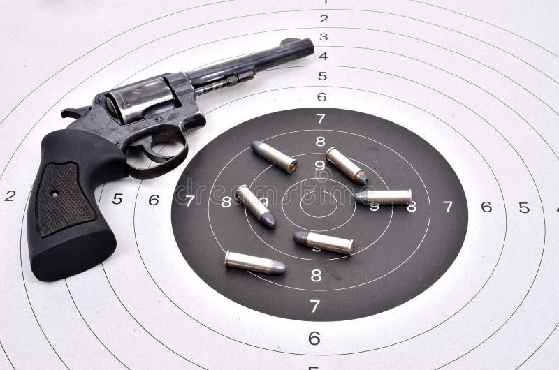 Vieille arme à feu avec la balle images stock