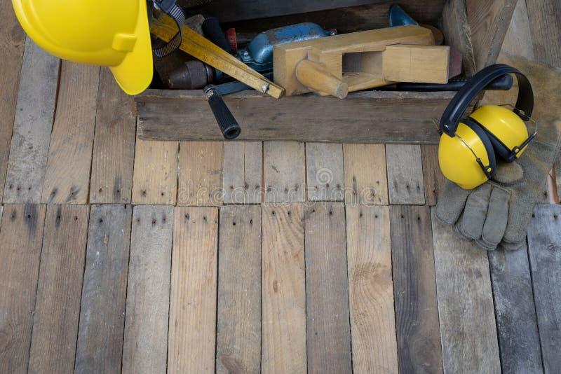 Vieille armoire de caisse avec des outils sur une table en bois Accessoires pour photographie stock