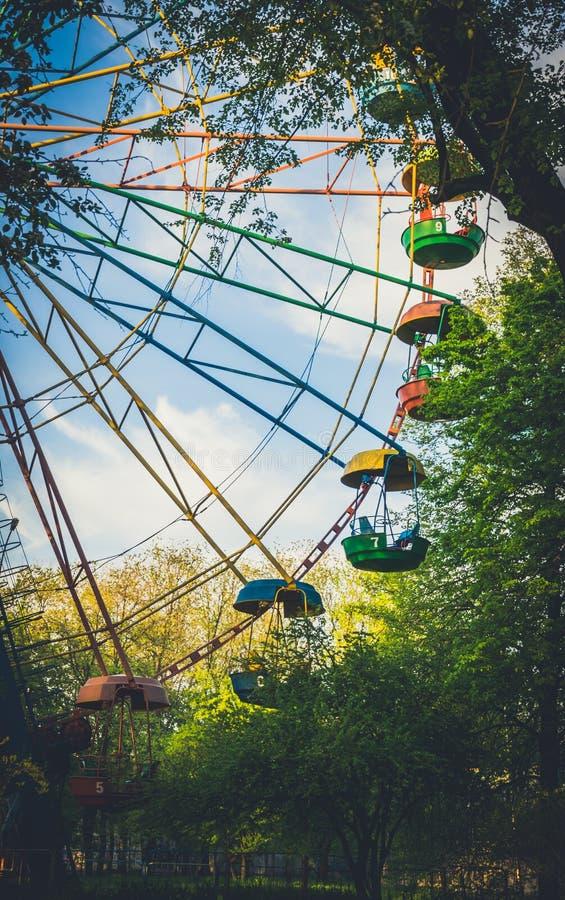 Vieille attraction Grande roue en vieux parc de ressort photographie stock libre de droits