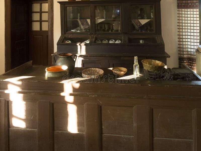 Vieille auberge traditionnelle roumaine au musée de village du comté de Valcea photo stock