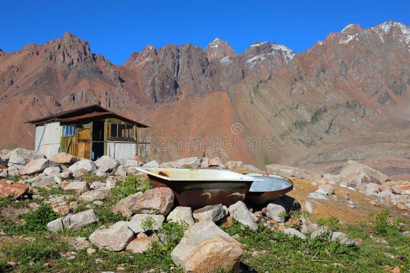 Vieille baignoire haute en montagnes image stock