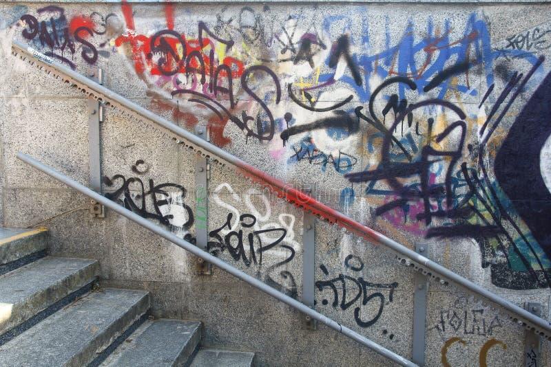 Vieille balustrade en métal sur un mur avec le graffiti image stock