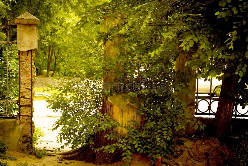 Vieille barrière avec une porte à la rue photographie stock libre de droits