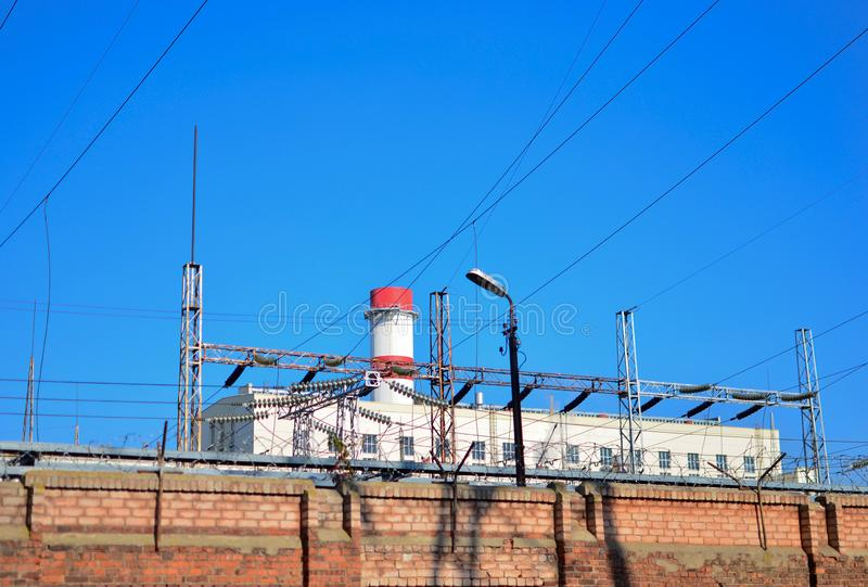 Vieille barrière de brique sur un fond de station de ciel bleu et de courant électrique Tourisme industriel photos libres de droits