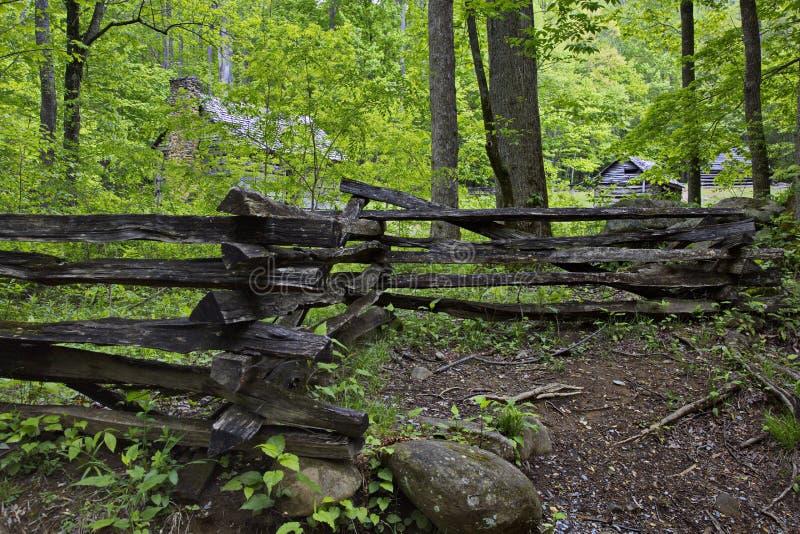 Vieille barrière de rail fendu en montagnes fumeuses images libres de droits