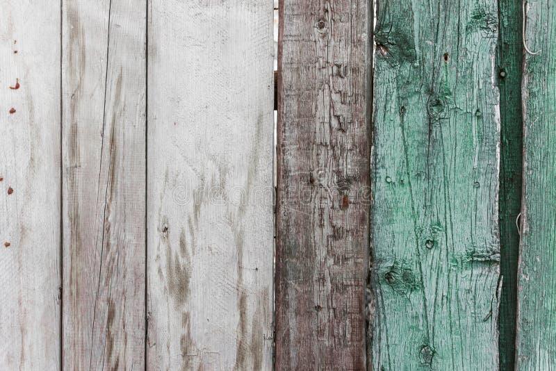 Vieille barrière en bois avec la texture criquée de peinture photos libres de droits