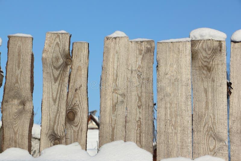 Vieille barrière en bois contre la neige pendant l'hiver photo libre de droits