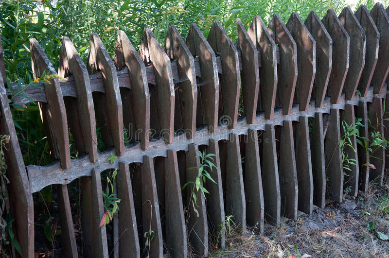 Vieille barrière en bois dans le village image stock