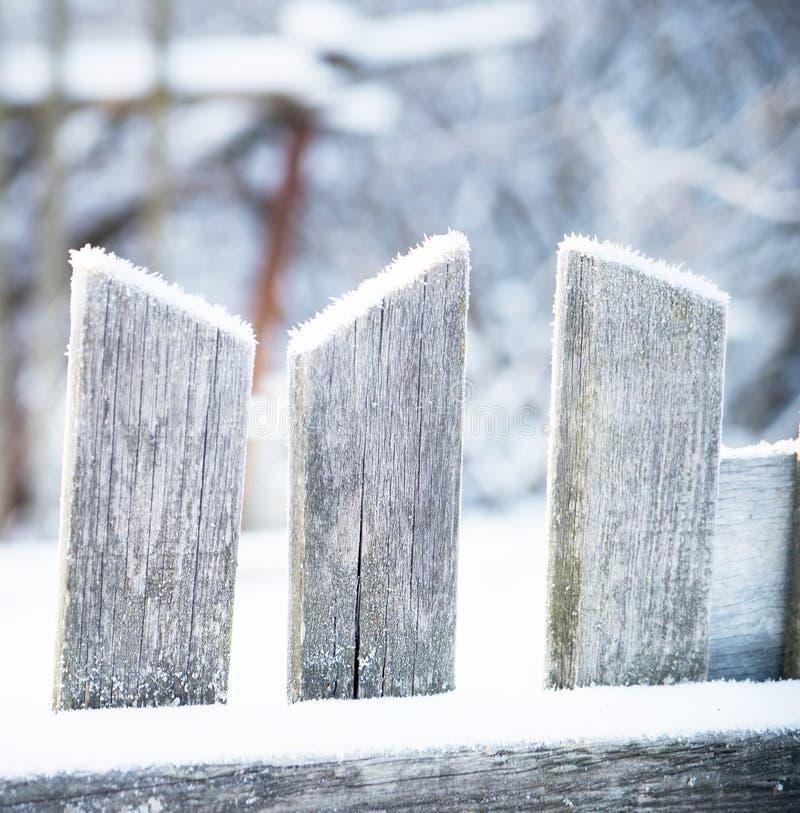 Vieille barrière en bois en hiver Givré, neige photo libre de droits