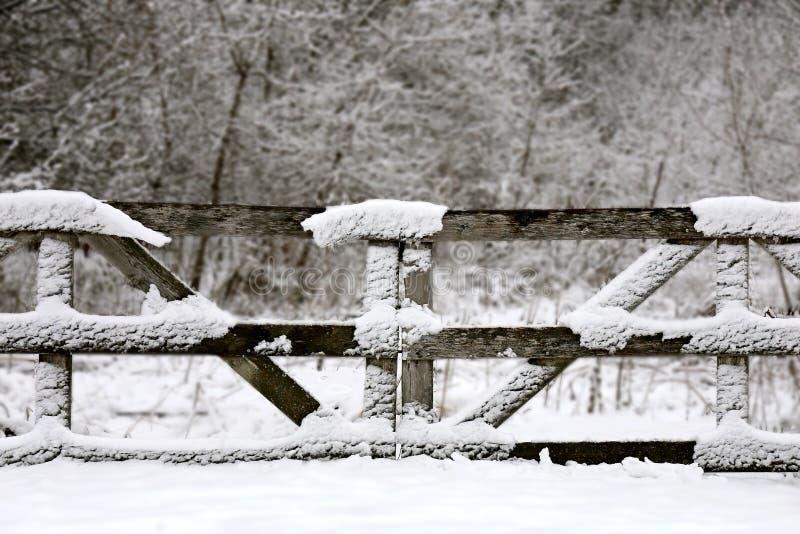 Vieille barrière en bois Gate Convered de ferme dans la neige d'hiver image libre de droits