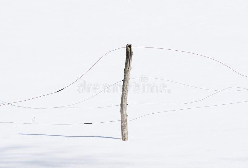 Vieille barrière en bois Post dans la neige photos stock