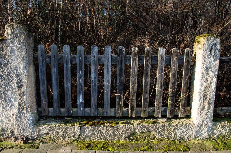 Vieille barrière en petite ville photo stock