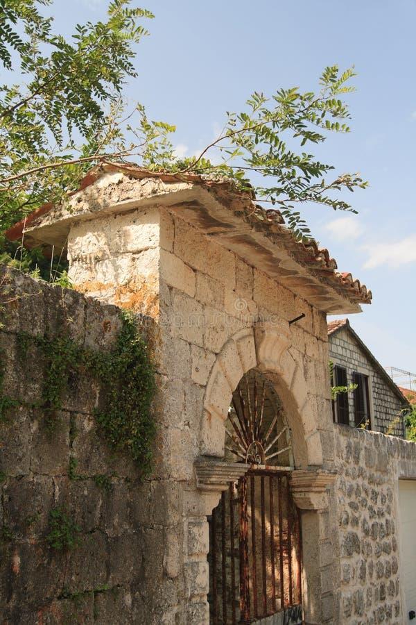 Download Vieille Barrière En Pierre Dans Un Petit Village Dans Monténégro Image stock - Image du brun, toit: 45366617