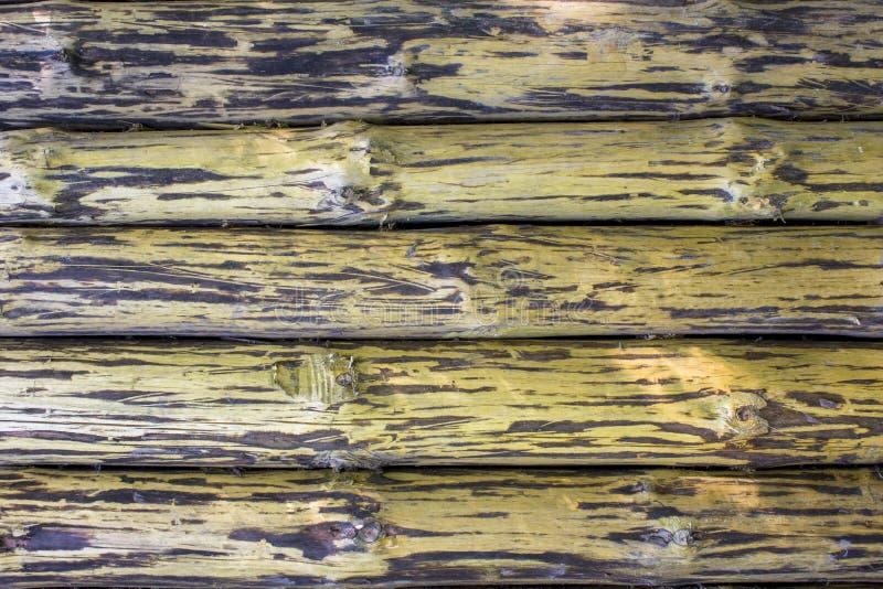 Vieille barrière jaune brune de mur de grands troncs d'arbre Traits horizontaux texture ext?rieure naturelle image stock