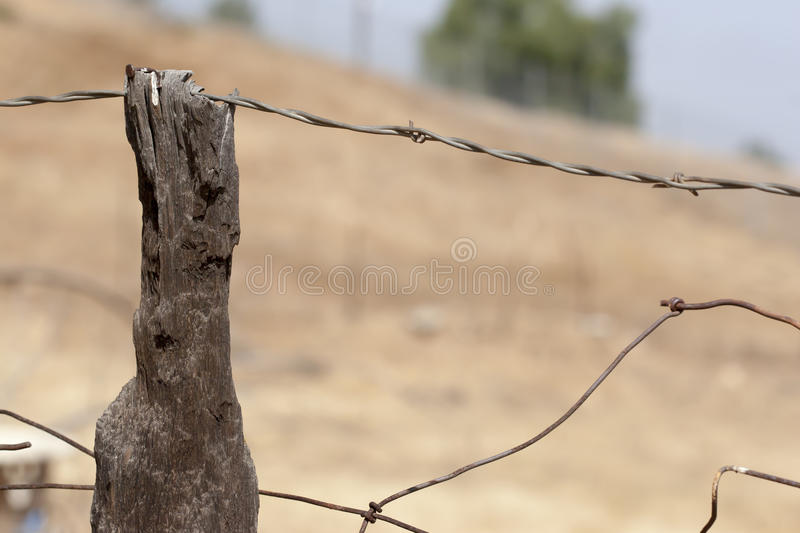 Vieille barrière Post Wire Fencing photo stock