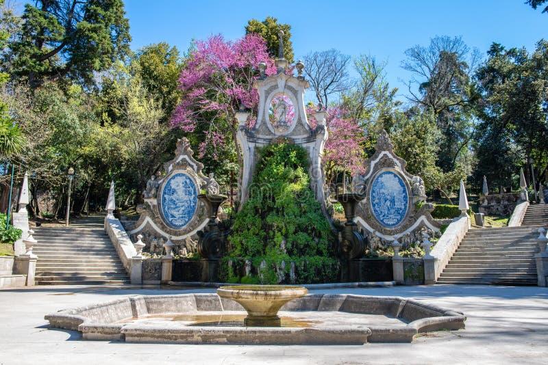 Vieille belle fontaine un jardin à Coimbra Portugal image stock