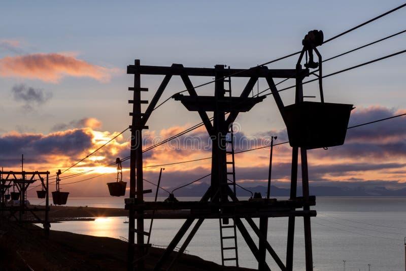 Vieille benne suspendue pour transporter le charbon dans Longyearbyen, le Svalbard images libres de droits