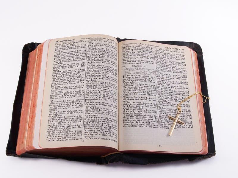 Vieille bible avec la croix d'or images stock