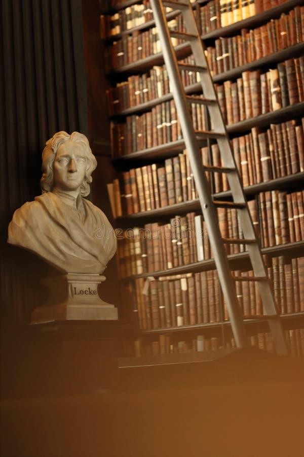 Vieille bibliothèque avec les livres et la sculpture historiques en Locke photographie stock libre de droits