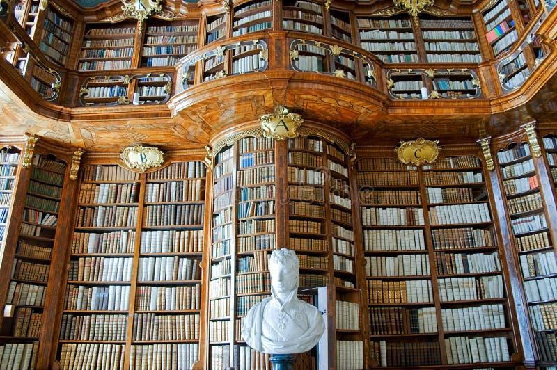 Vieille bibliothèque dans une abbaye photos stock