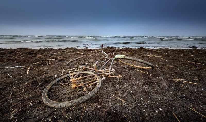 vieille bicyclette à la plage image libre de droits