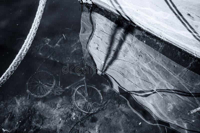 Vieille bicyclette abandonnée sous l'eau de mer photographie stock
