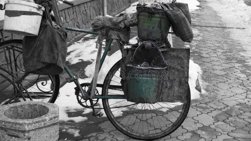 Vieille bicyclette courrier-apocalyptique minable sur un fond noir et blanc photo stock
