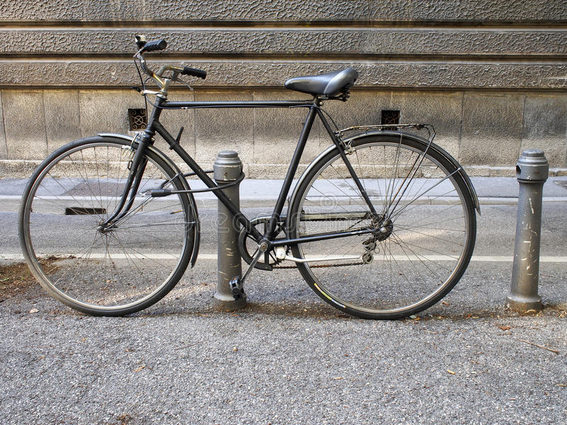 Vieille bicyclette, garée avec le cambrioleur image libre de droits