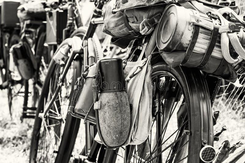Vieille bicyclette militaire avec le kitbag et les équipements, noirs et blancs photo stock