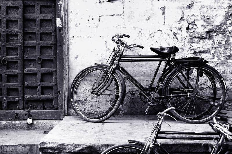 Vieille bicyclette noire et blanche photos libres de droits