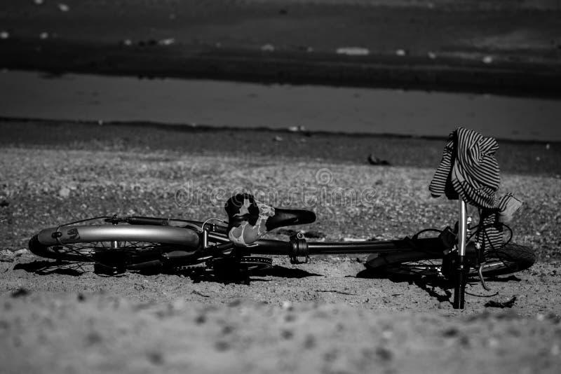 Vieille bicyclette noire et blanche sur la plage photographie stock libre de droits
