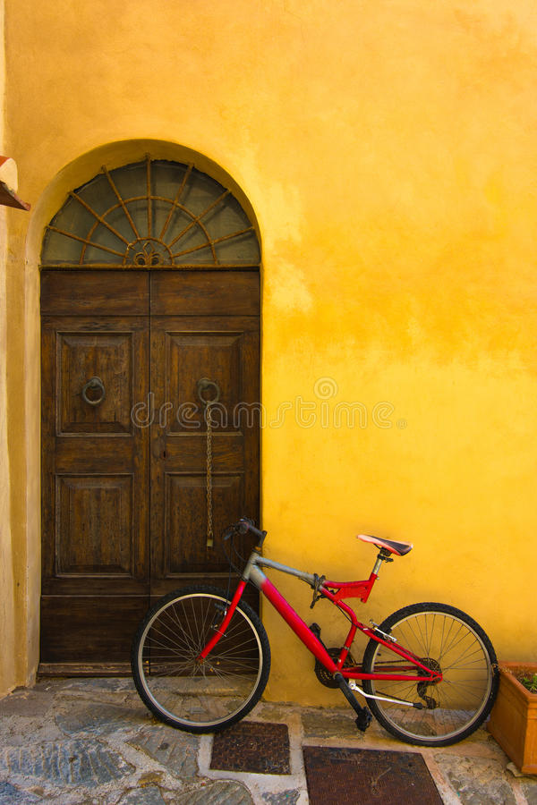 Vieille bicyclette près de la porte photographie stock libre de droits