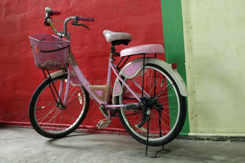 Vieille bicyclette rose rustique photo stock
