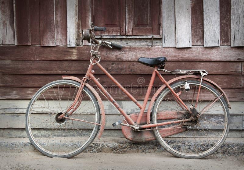Vieille bicyclette se penchant contre images stock