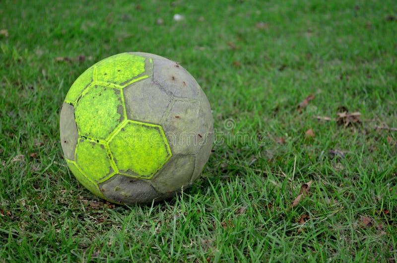 Vieille bille de football photos stock