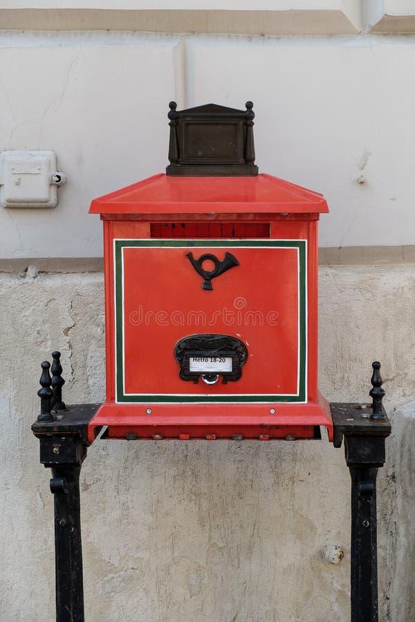 Vieille boîte aux lettres rouge sur un fond blanc photo libre de droits