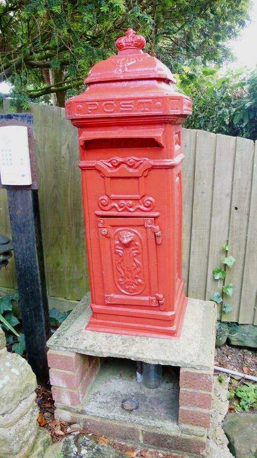 Vieille boîte de courrier dans le Sussex image libre de droits