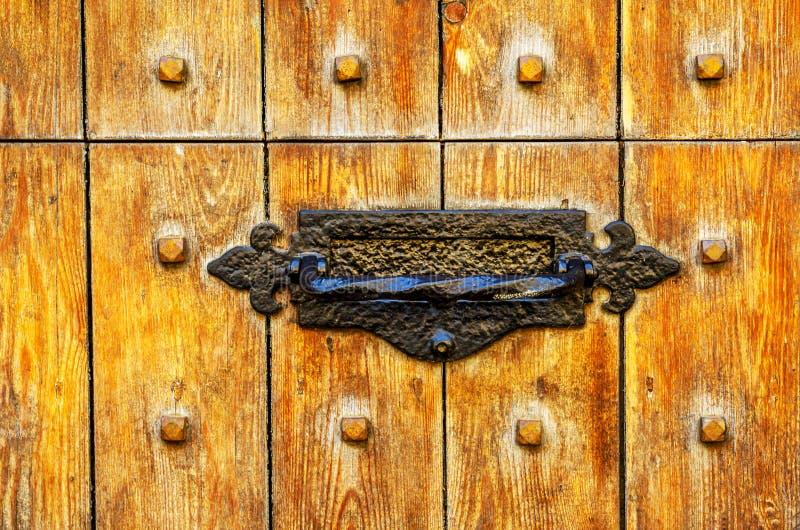 Vieille boîte de lettre dans la porte, manière traditionnelle de fournir des lettres photographie stock