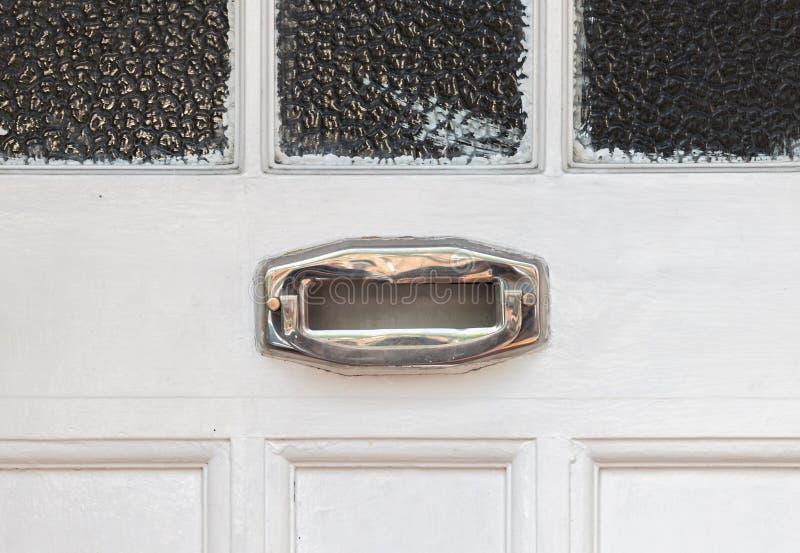 Vieille boîte de lettre dans la porte, manière traditionnelle de fournir des lettres à la maison, vieille boîte aux lettres photos stock