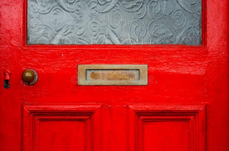Vieille boîte de lettre dans la porte, manière traditionnelle de fournir des lettres images libres de droits