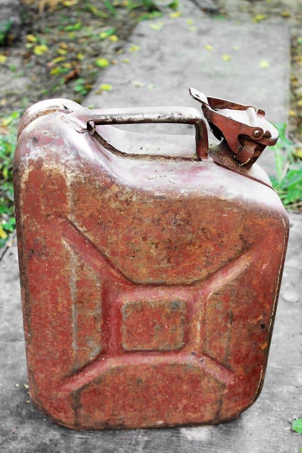 Vieille boîte métallique en métal sur la rue photographie stock libre de droits