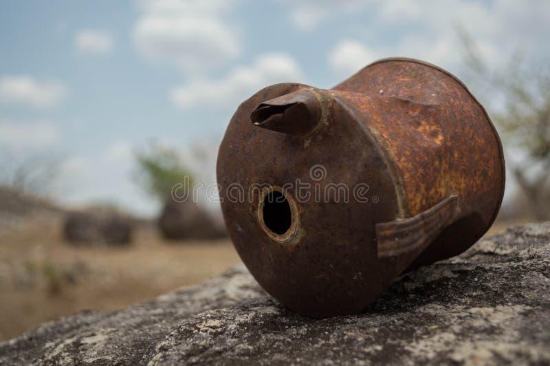 Vieille boîte rouillée sur une roche dans un désert photographie stock