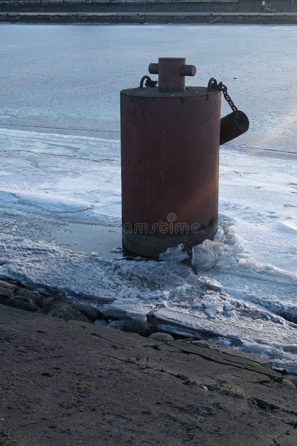 vieille borne congelée au pilier en hiver photos libres de droits