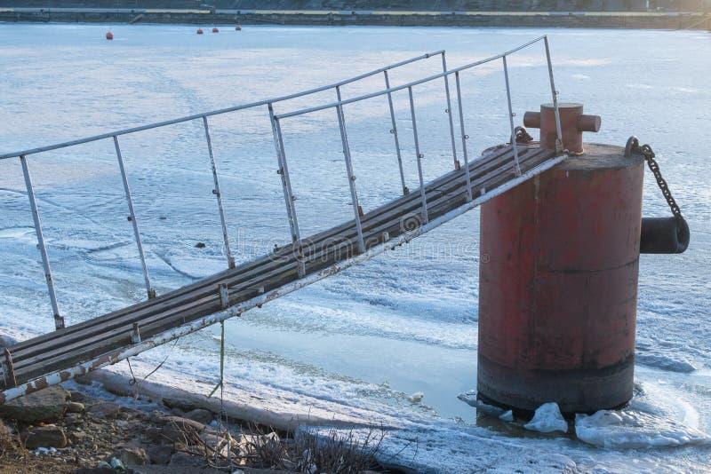 vieille borne congelée au pilier en hiver froid photo libre de droits