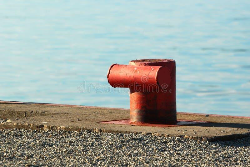 Vieille borne en acier rouge sur un pilier photographie stock libre de droits