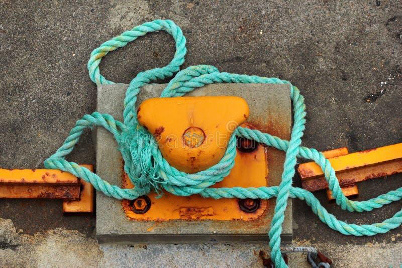 Vieille borne en métal avec la corde d'amarrage photographie stock