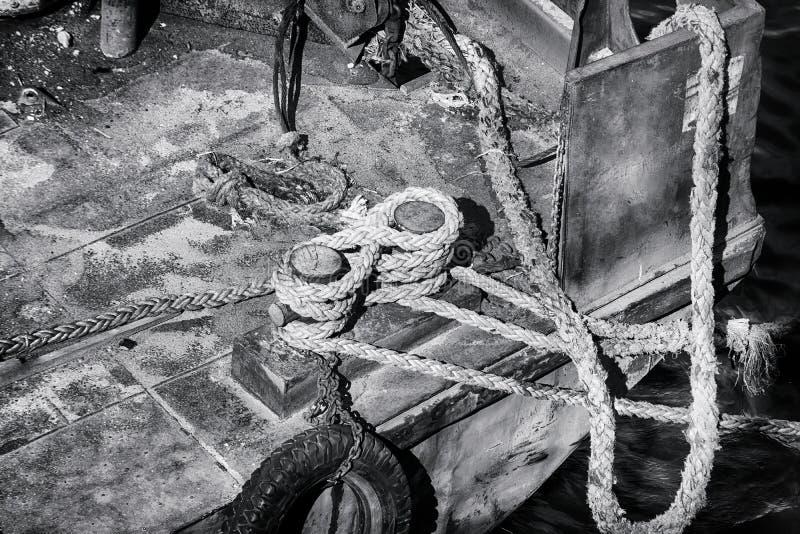 Vieille borne et corde forte au quai abandonné images stock
