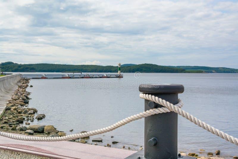 Vieille borne rouillée sur le dock photographie stock libre de droits