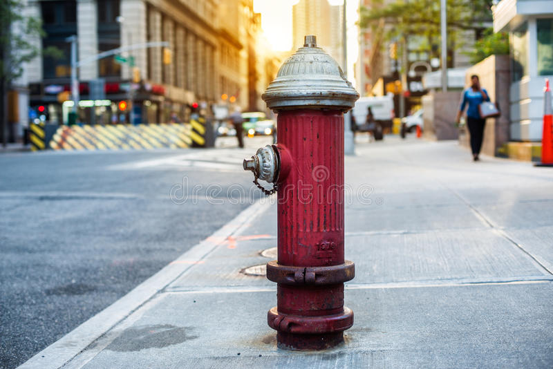 Vieille bouche d'incendie rouge dans la rue de New York City image stock